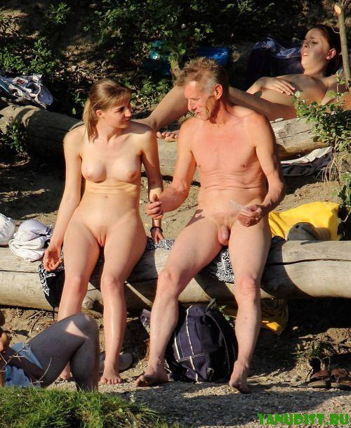 И снова семейные пары голышом на пляже