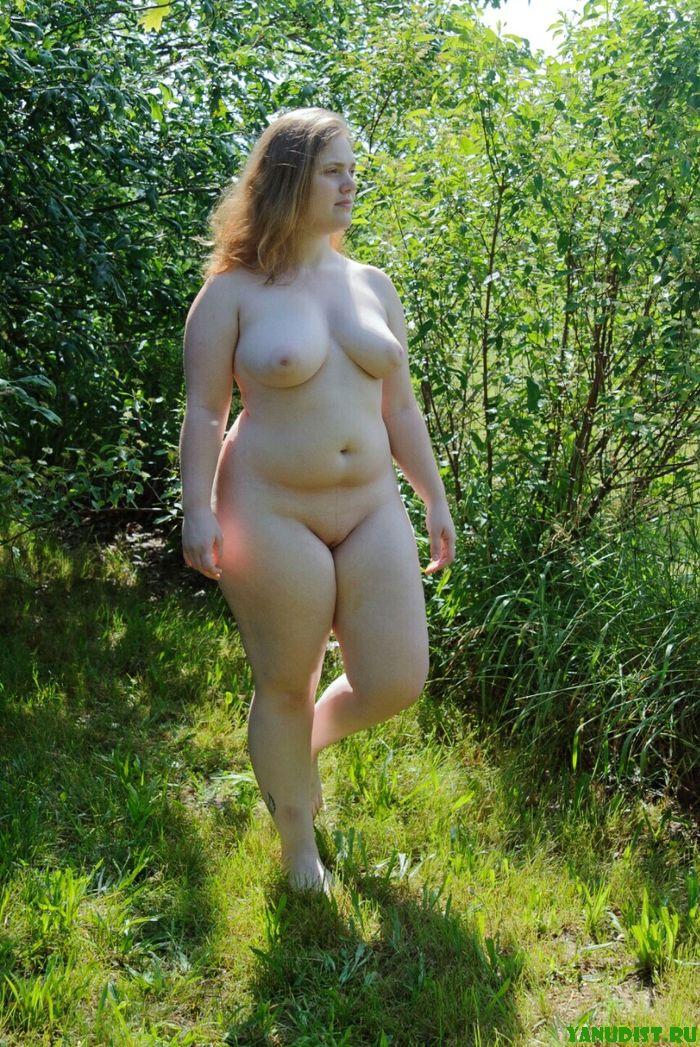 Прекрасные нудистки снова голышом на природе