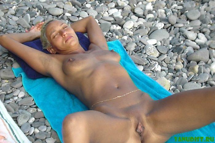 Подставляй голое тело жаркому солнцу на пляже!
