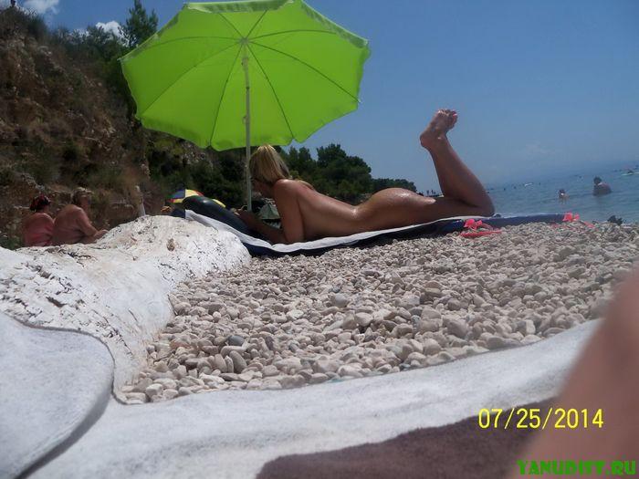 Голые любители природы отдыхают под жарким солнцем