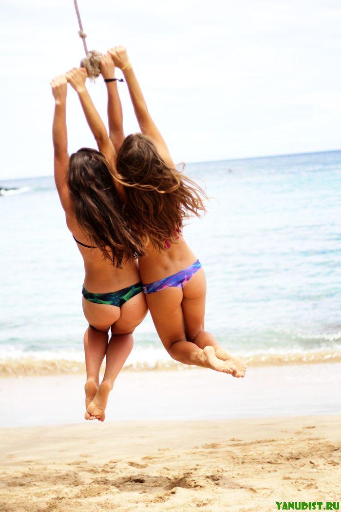 Красивые счастливые отдыхающие на песке