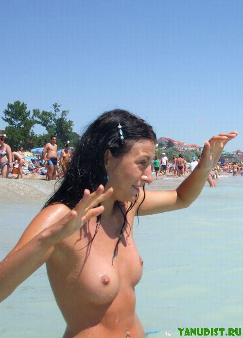 Нудисточки на пляже всегда готовы к новым знакомствам