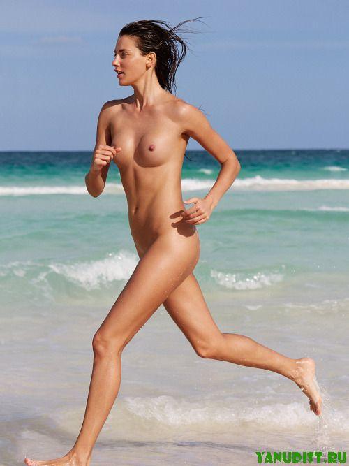 На пляже такие все классные и загорелые