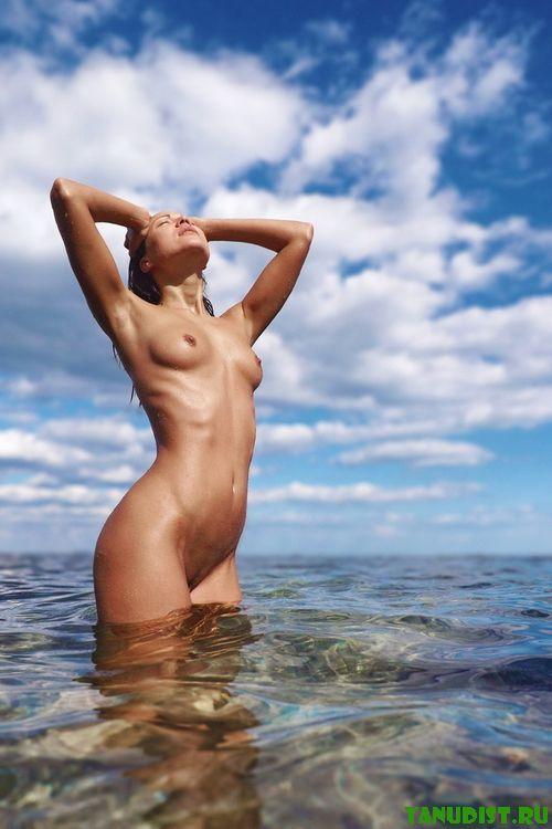 Милашные нудистки кайфуют от отдыха на море