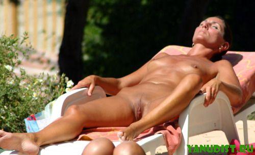 Нудистки наслаждаются солнечными лучами