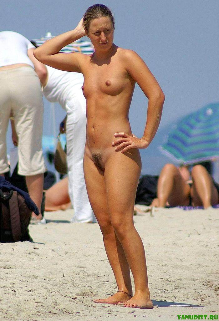 Девушки в бикини быстро оголят свои тела