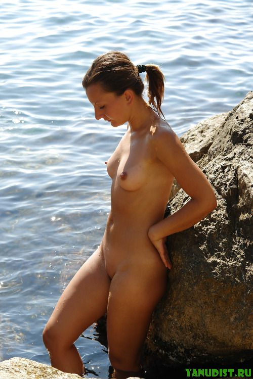 Нудистки на пляже совсем не скромничают