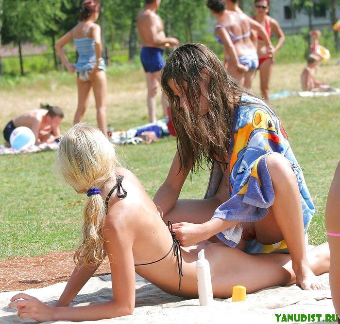 Милые женщины на нудистском пляже