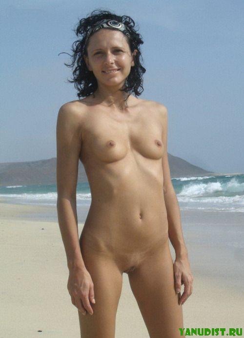 Нудисты на пляже всегда на позитиве