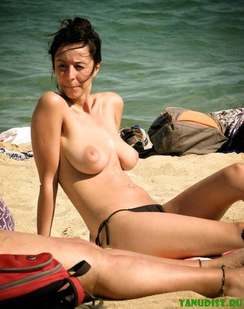 Загорелые натуристки опять на пляже