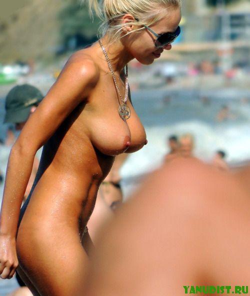 Красивые загорелые попки на нудистском пляже