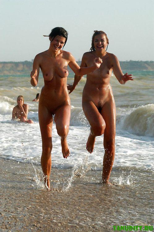 Прекрасное начало дня на нудистском пляже