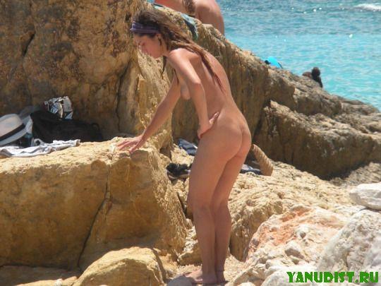 Красивые загорелые тела на песке