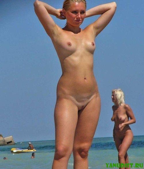 Нудистки на пляже вдыхают жизнь