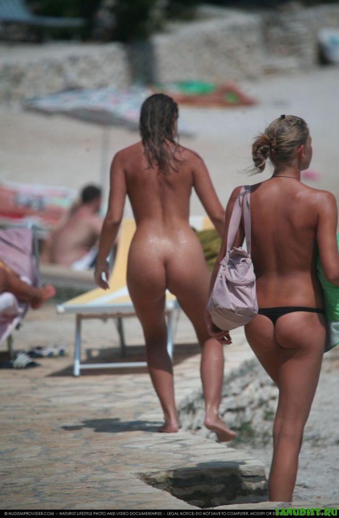 Румяные попки в бикини на нудистском пляже