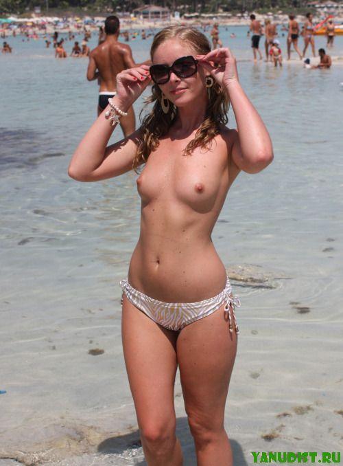 Красивые нудисточки в бикини на пляже