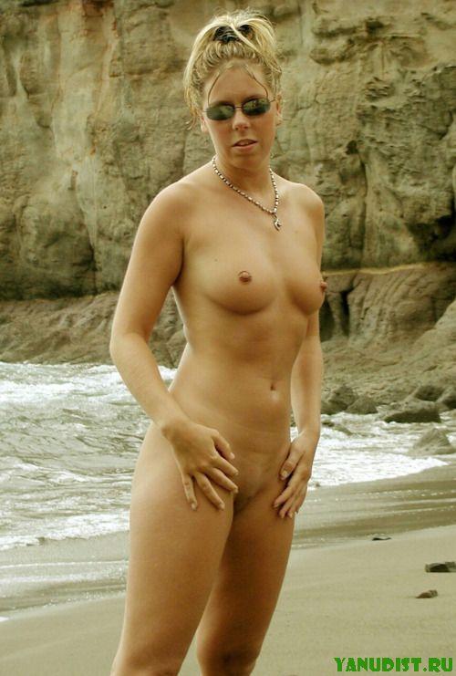 Нудистки на пляже питаются позитивом