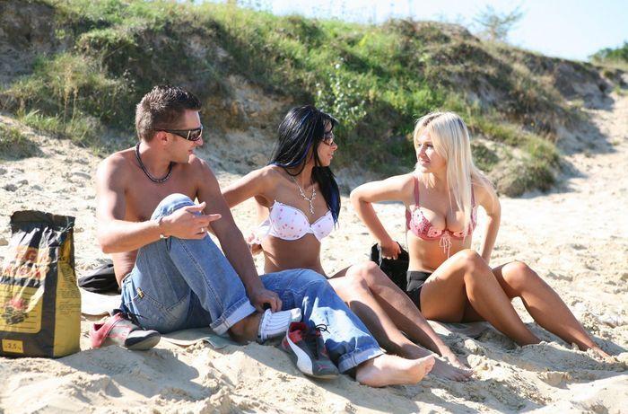 Смотреть нудисты без одежды у моря