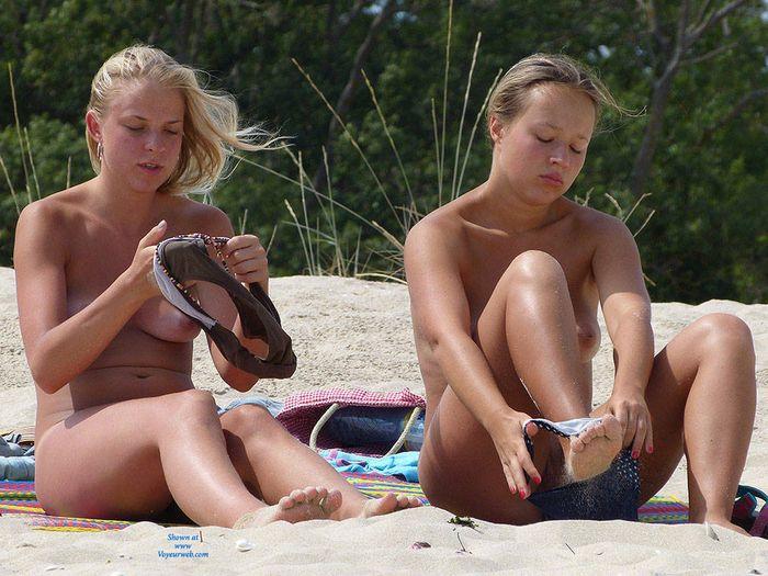 Нудистки на пляже хотят остаться до самого вечера