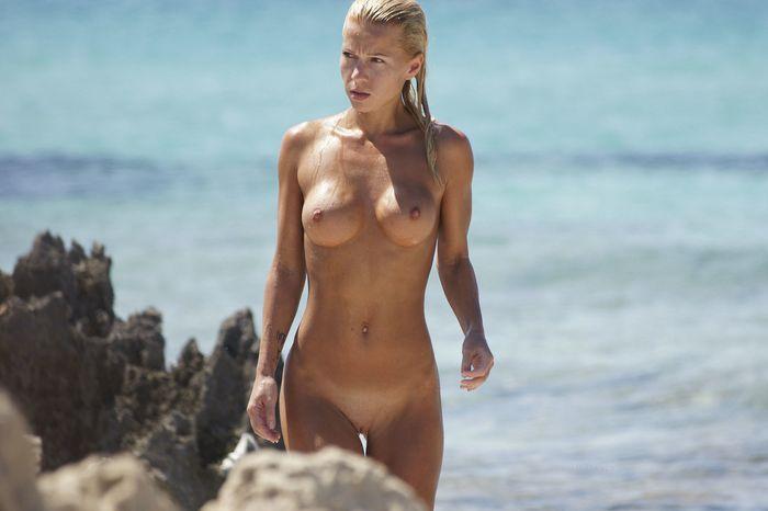 Девочки нудистки покоряют морские просторы курортного берега