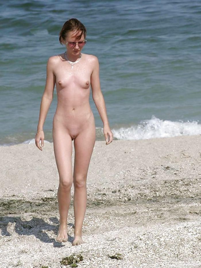 Нудисты на пляже занимают удобные и комфортные места