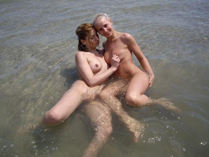 Голые нудисточки развлекаются на пустынном побережье