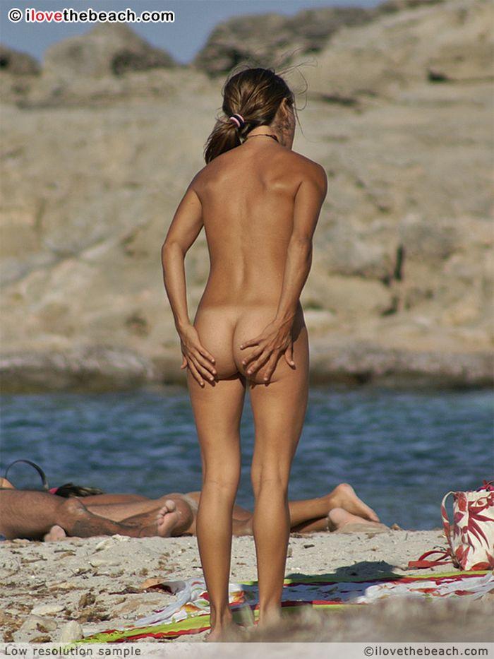 Девушки на пляже непременно найдут чем заняться