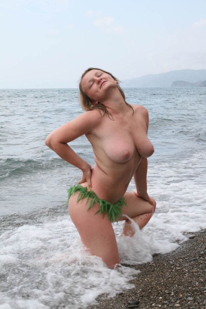 Голые на пляже проводят свой отпуск в полном веселье