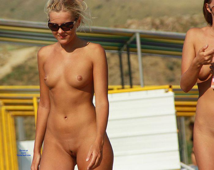 Девочки нудисточки без стеснения загорают голыми