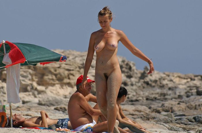 Голые натуристы отлеживаются на теплом берегу моря