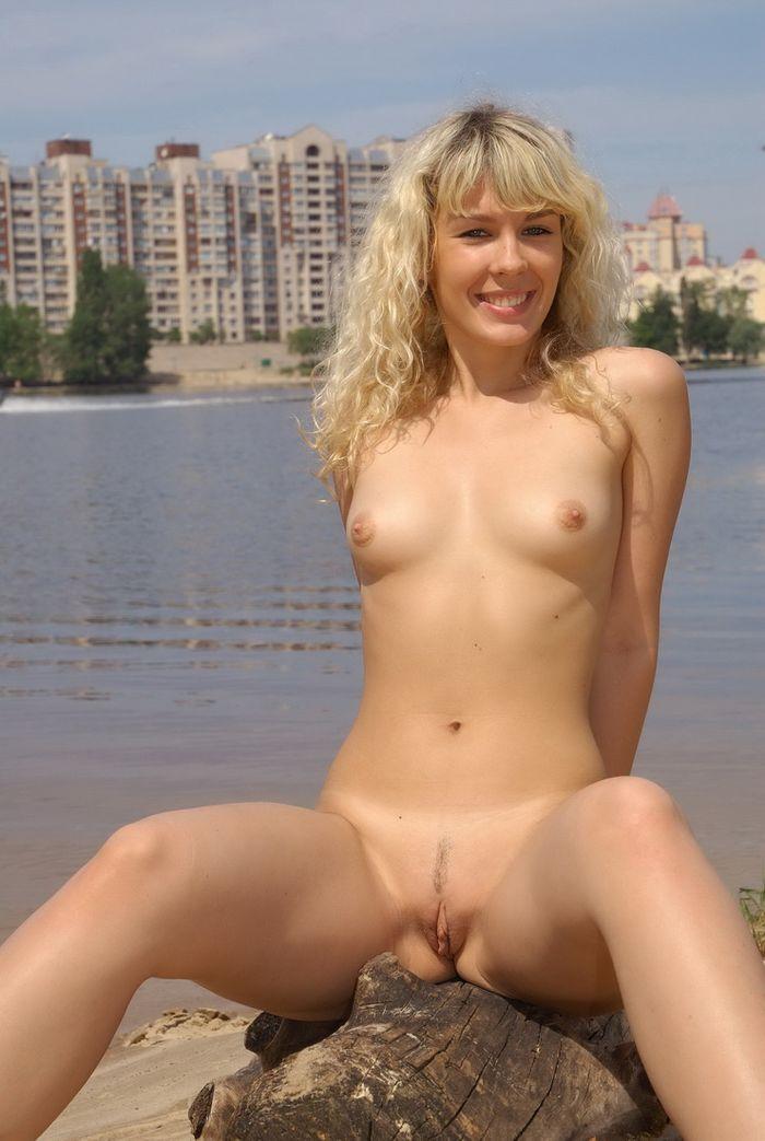 Нудистский пляж переполнен голыми отдыхающими