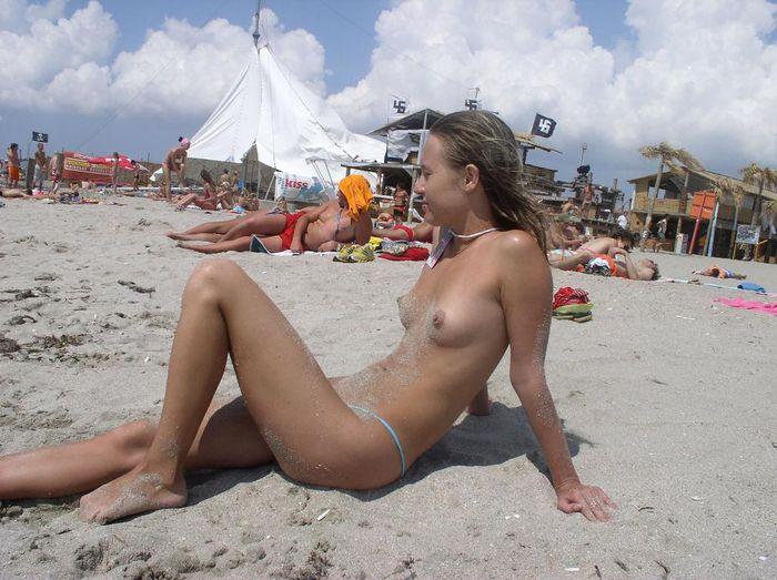 Натуристки нудистки загорают голыми на песке у моря
