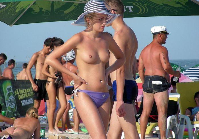 Натуристы на пляже получают удовольствие