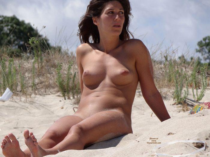 Море дикий пляж и смелые девочки отдыхают