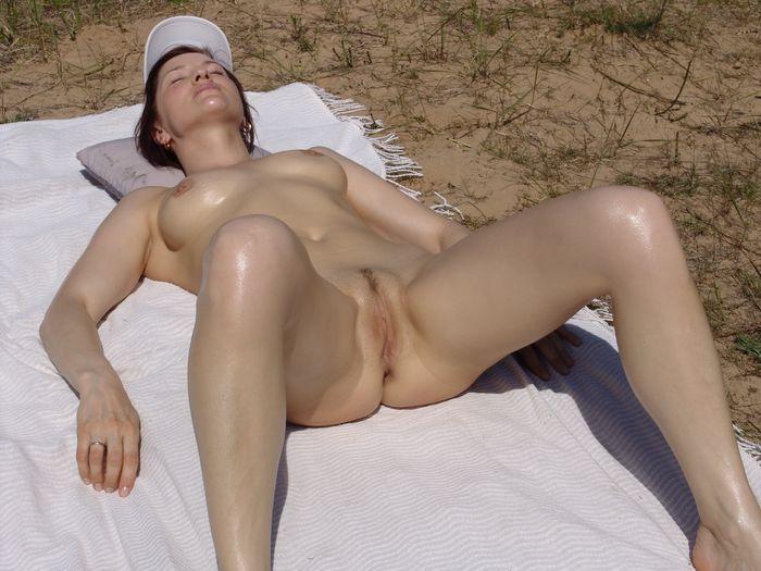 Девочки на голом пляже обустраиваются для комфортного отдыха