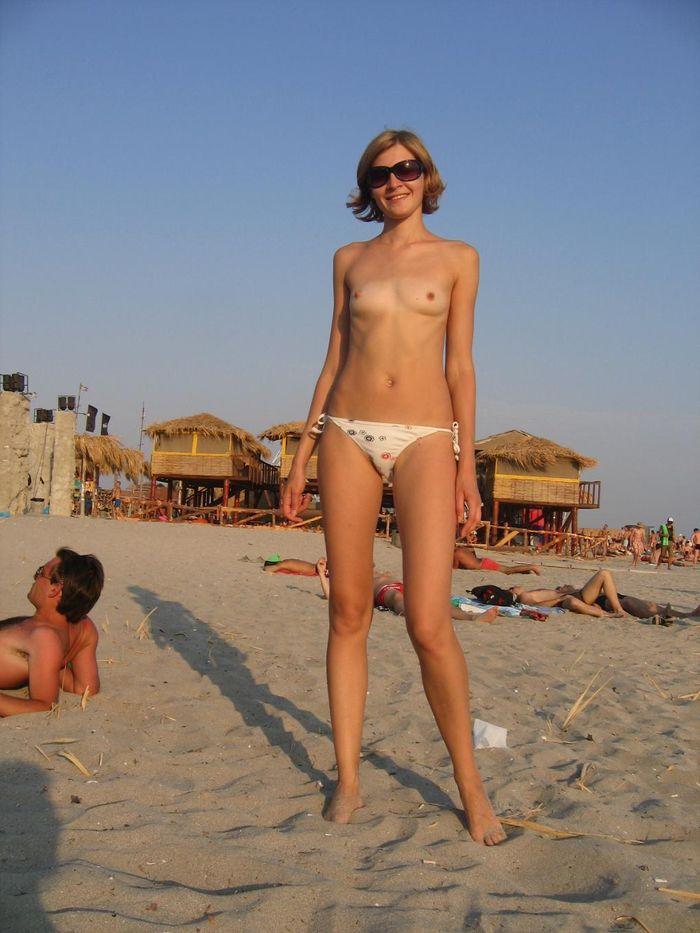 Девушки на голом пляже устроили фотосессию
