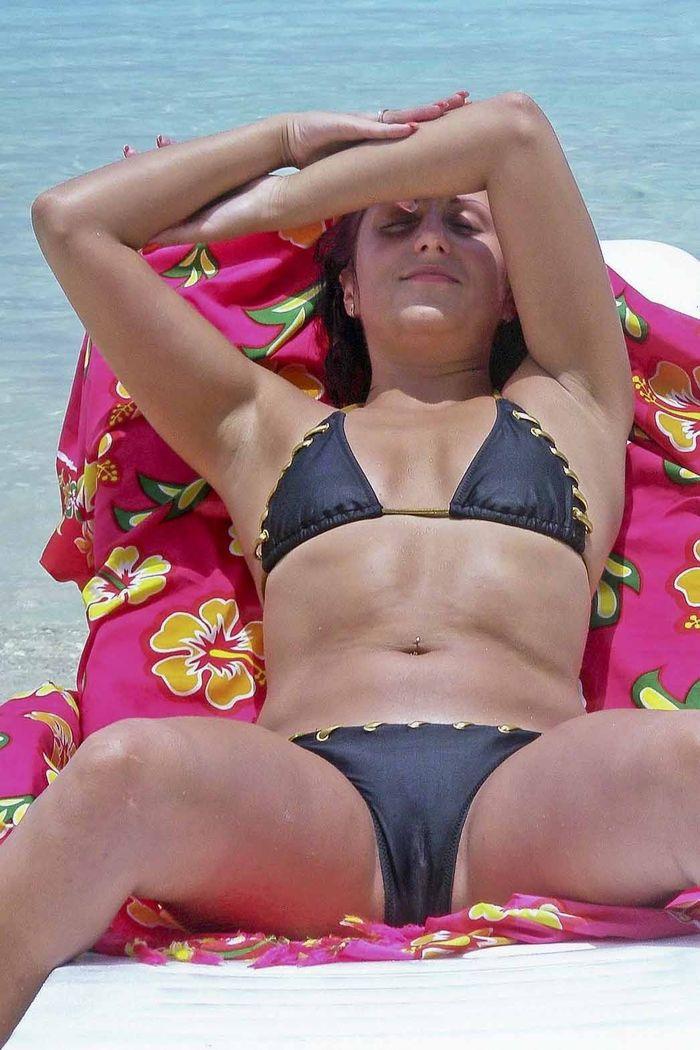 Голые женщины на пляже приходят в восторг от своего загара