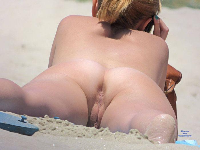 Обнаженная натура на голом пляже в разгар сезона