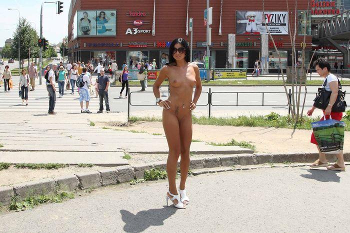 Идет голая по улице и доставляет всем огромное удовольствие