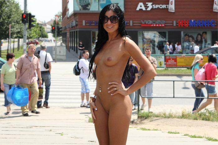 Голые девушки на улице завлекают к нудизму молодежь