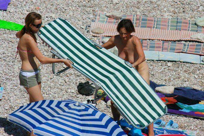 Голые на пляже пришли всей компанией