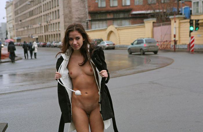 Голые на улице фото поднимает расположение духа