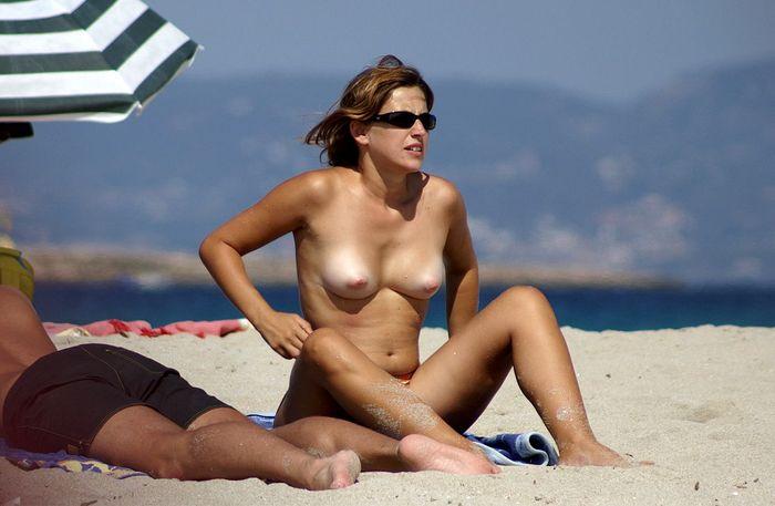 Обнаженная грудь красиво притягивает взоры