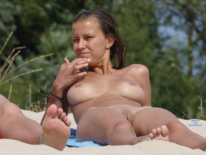 Девушки нудистки купаются голыми в море