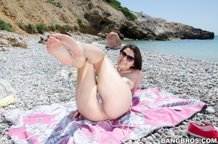 Молодые нудисточки пригласили на пляж своих знакомых
