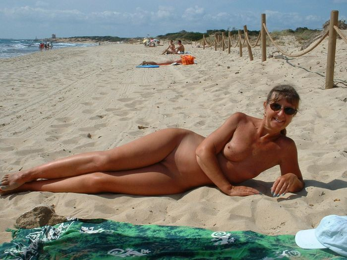 Amateur-Shaved-Mature-Nudist-Wearing-Sunglasses-3_1