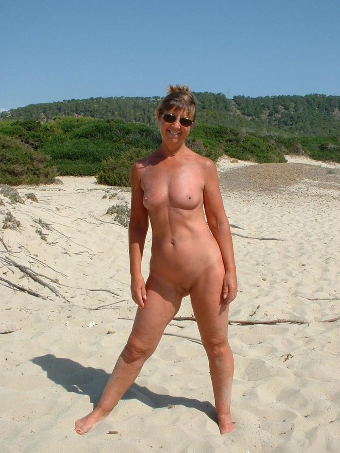 Amateur-Shaved-Mature-Nudist-Wearing-Sunglasses-8_1