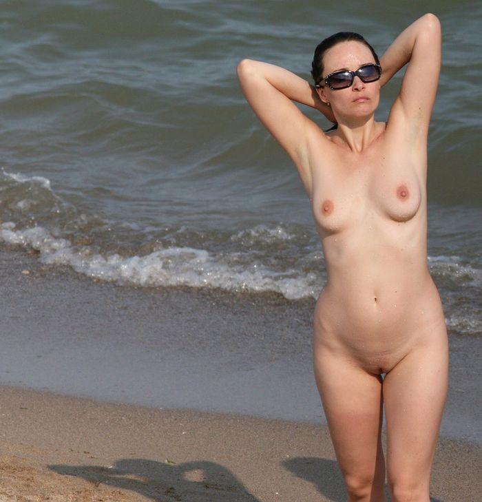 Зрелые нудисты купаются в море в чем мать родила
