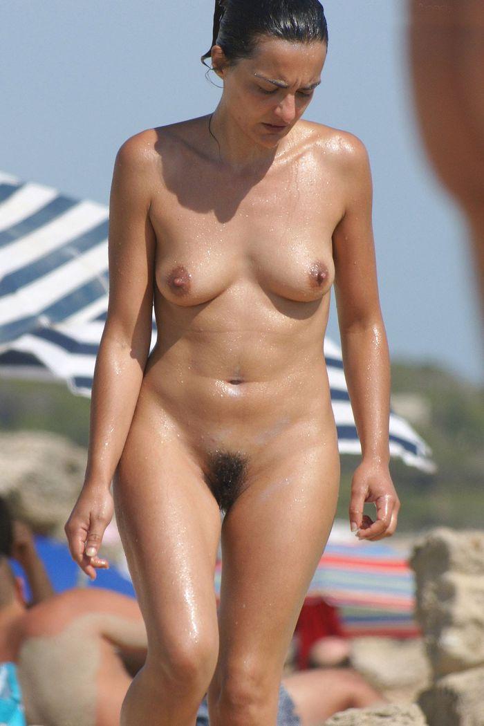 Женщины нудистки загорают на пляже