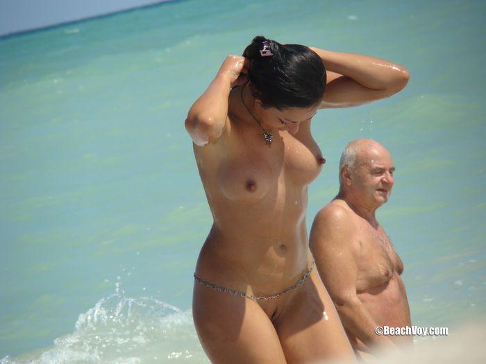 Фото голые на пляже могут удивить бывалых нудистов